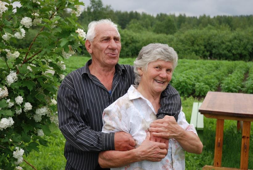 Valkovenäläinen Sergei ihastui 1950-luvun lopulla metsätyömaalla iloiseen karjalaistyttöön Raisaan, ja rakkaus kukoistaa edelleen.